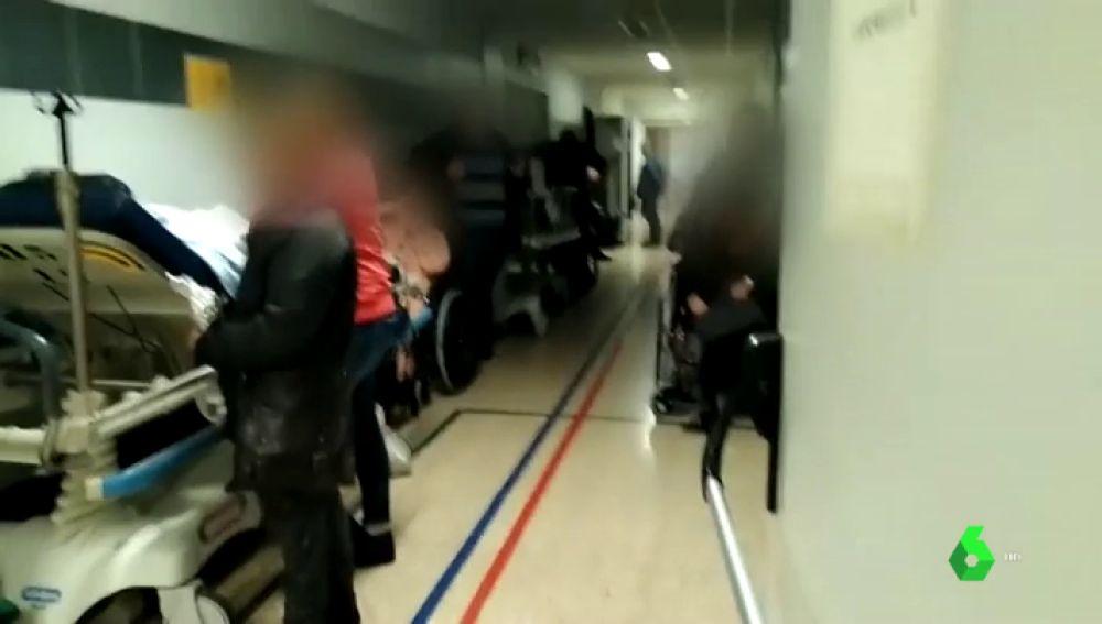 Pacientes en sillas y camillas en los pasillos: colapso en las urgencias del Hospital Clínico de Santiago