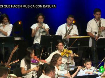 Jóvenes realizan un concierto en el Teatro Real con basura reciclada