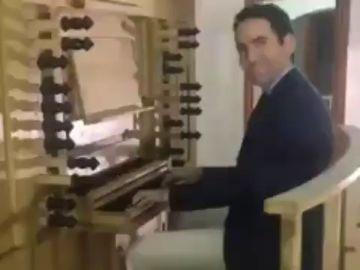 Duelo al piano entre Teodoro García Egea y Puigdemont para felicitar el Año Nuevo