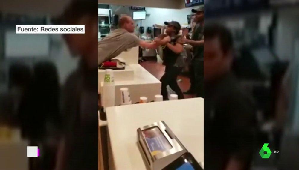 Se lía a golpes con una dependienta en Florida porque no le daba una pajita