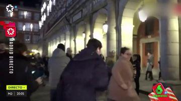 Un periodista persigue a una mujer que le ha robado el micrófono