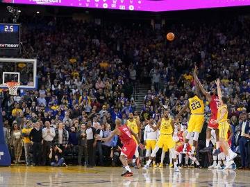 James Harden anotando el triple que dio la victoria a los Houston Rockets