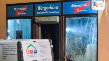 Un especialista recoge información frente a la oficina del partido Alternativa para Alemania en Doebeln, Sajonia (Alemania).