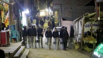 Las fuerzas de seguridad egipcias en el sitio donde un agente no pudo desactivar una bomba