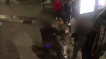 """REEMPLAZO   Nueva polémica racista en Madrid: la Policía saca a empujones a una mujer negra con su hijo por """"exceso de aforo"""" en un autobús"""