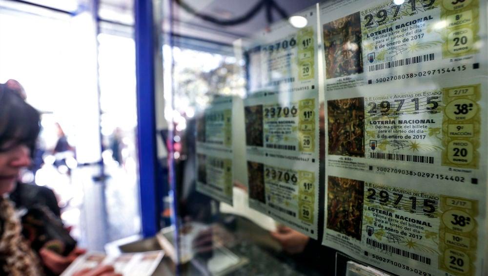 Imagen de una administración con décimos de Lotería del Niño 2020