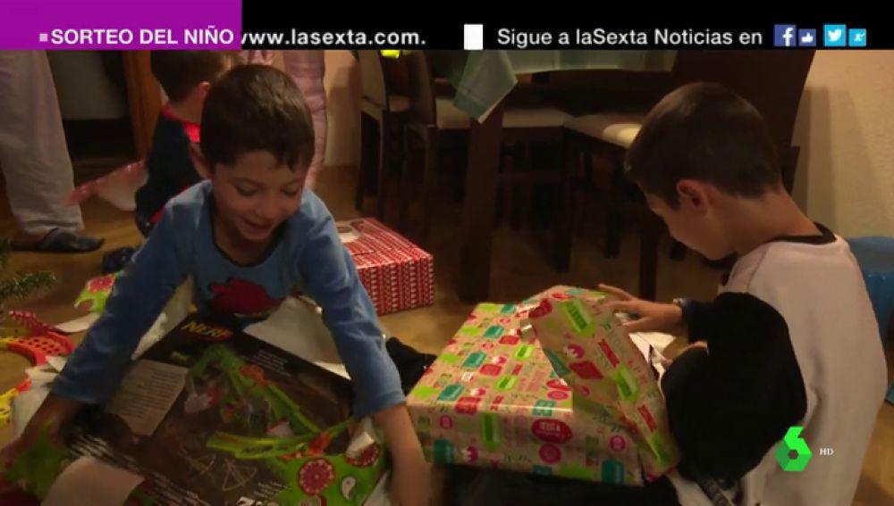 Los niños abren los regalos de los Reyes Magos