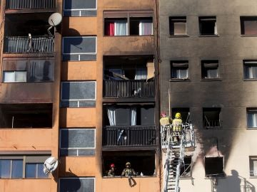 Bomberos controlan el incendio que ha causado tres muertos