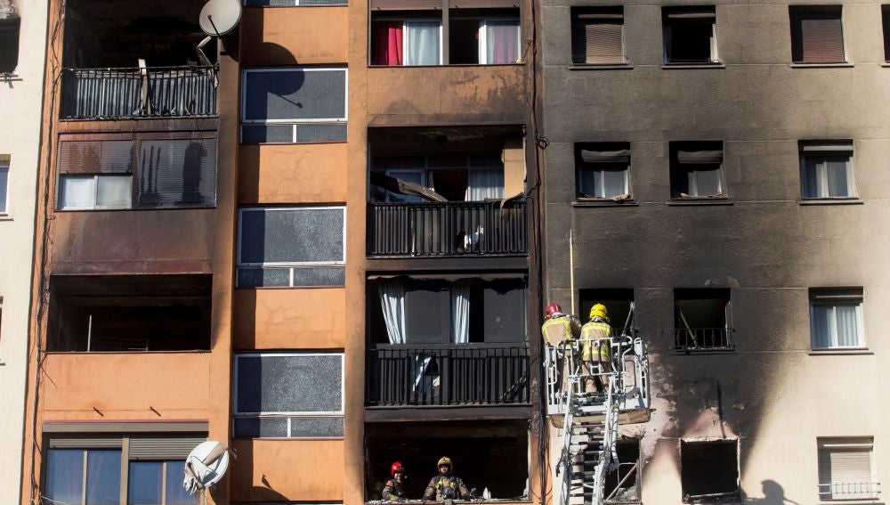 Incendio en un edificio de diez plantas en Badalona
