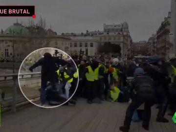 La brutal agresión de un exboxeador a un policía para defender a los 'chalecos amarillos'