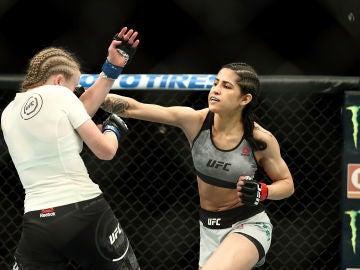 Polyana Viana, en un combate de la UFC