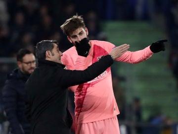 Gerard Piqué y Ernesto Valverde dialogan durante el partido contra el Getafe