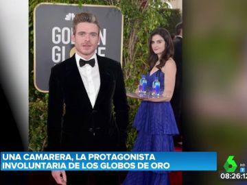 Una joven se cuela tras las fotos de los famosos en los Globos de Oro