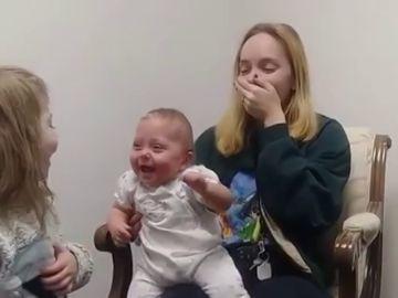 La entrañable reacción de una bebé al oír por primera vez las voces de su hermana y su madre gracias a un audífono