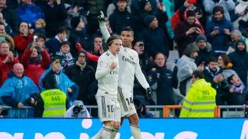 Casemiro y Modric celebran el gol del Real Madrid