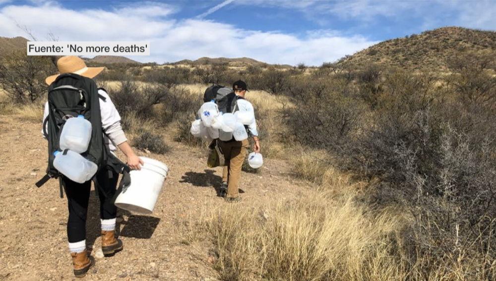 Activistas dejando agua en el desierto de Arizona