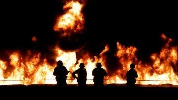 Los bomberos tratan de sofocar el fuego en Tlahuelilpan, México