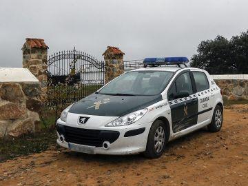 Un coche de la Guardia Civil en las inmediaciones de la finca 'La lapa'