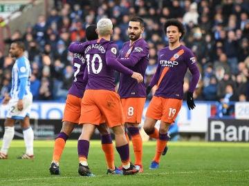 Los jugadores del Manchester City celebran el gol