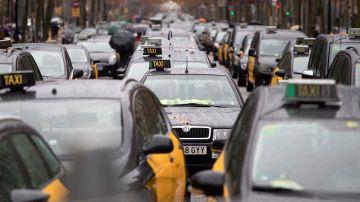Imagen de taxis colapsando la Gran Vía de Barcelona