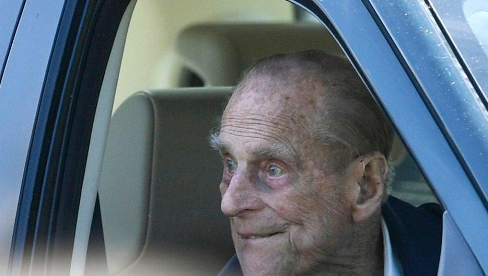 La policía habla con el duque de Edimburgo por no llevar cinturón de seguridad