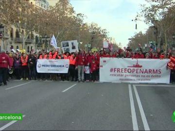 Manifestantes exigen en Barcelona que se deje zarpar al buque Open Arms