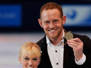 John Coughlin (derecha de la imagen) sonríe con una medalla