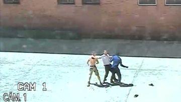 Imagen de una pelea en el interior de una prisión
