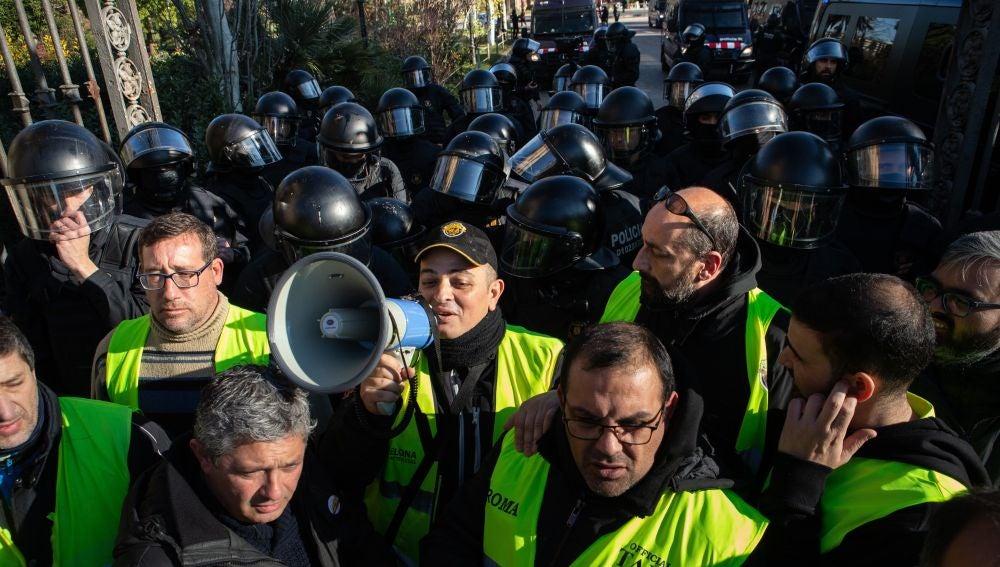 El portavoz de Élite Taxi Barcelona, Tito Álvarez, en las puertas en las puertas del Parc de la Ciutadella