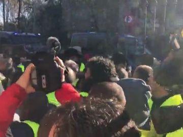 Los antidisturbios cargan contra los taxistas de Barcelona a las puertas del Parlament