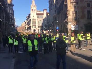 Nueva jornada de huelga: los taxistas de Barcelona marchan a pie hacia el Parlament