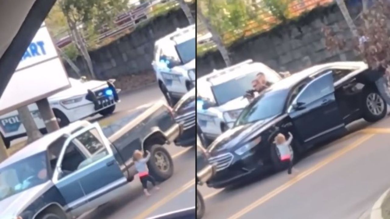 Una bebé de dos años se 'entrega' manos en alto a la policía