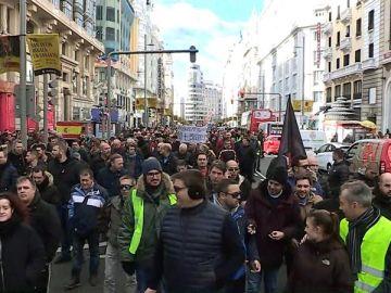 Una concentración de taxistas se manifiesta por la calle Gran Vía de Madrid