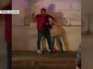 Un hombre asesina a puñaladas a su novia embarazada en plena calle tras amenazarla durante 90 minutos