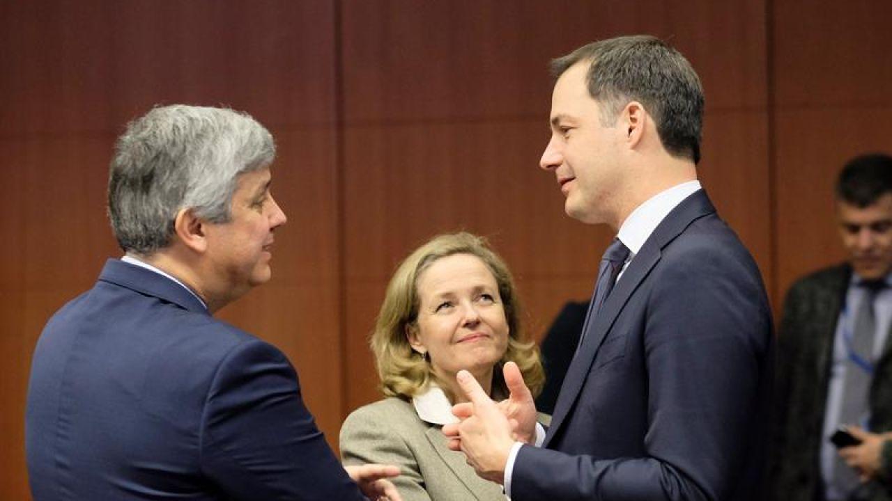 Nadia Calviño habla con el presidente del Eurogrupo y el ministro de Finanzas belga en funciones