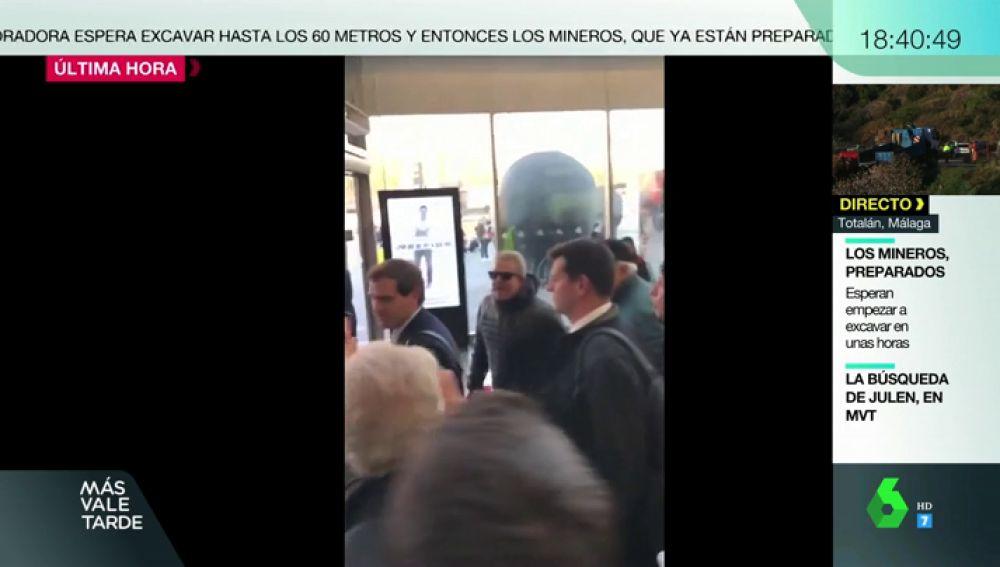 Albert Rivera, increpado por un grupo de taxistas