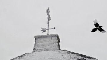 Tejado congelado de la iglesia Santa María A Real, en O Cebreiro (Lugo).