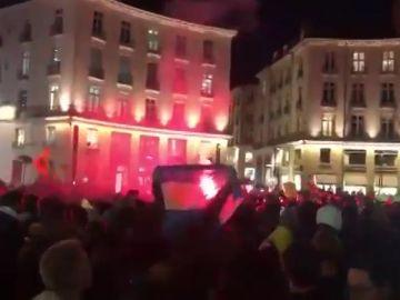 La afición del Nantes se congrega en la Place Royale y dedica cánticos a Emiliano Sala