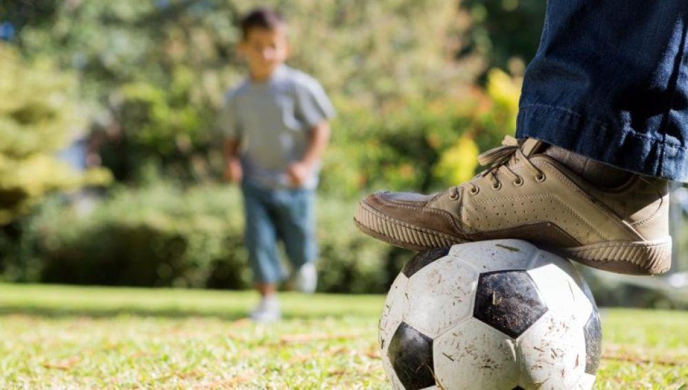 Imagen de un padre jugando con su hijo (Archivo)