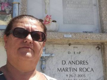 Juana Escudero junto al nicho donde pone sus datos