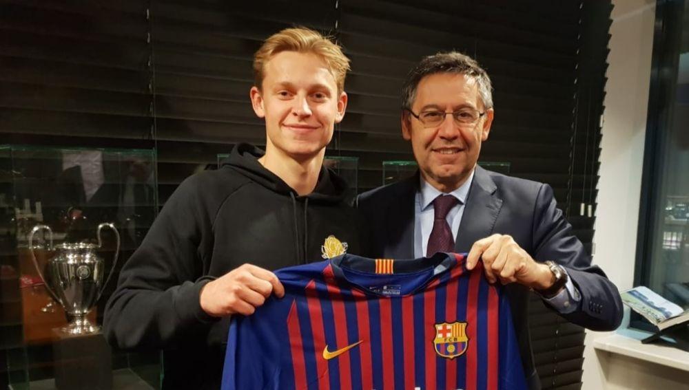 Frenkie de Jong posa con la camiseta del Barcelona junto a Bartomeu