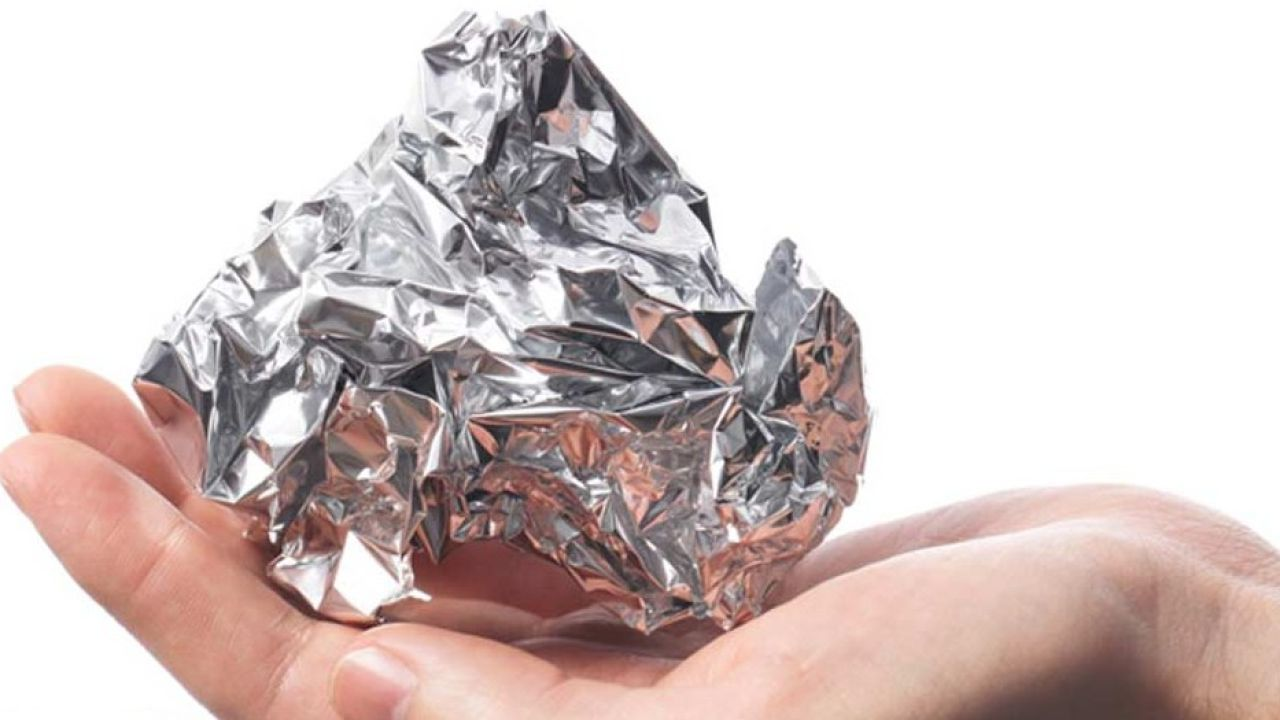 El simple truco del papel de aluminio para que los ladrones no te roben el coche