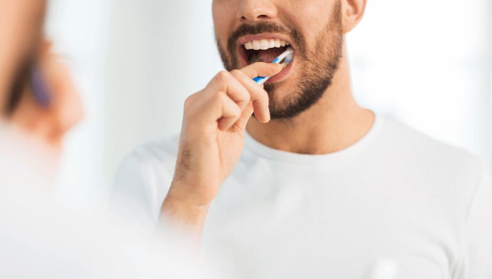 Hombre cepillándose los dientes (Archivo)