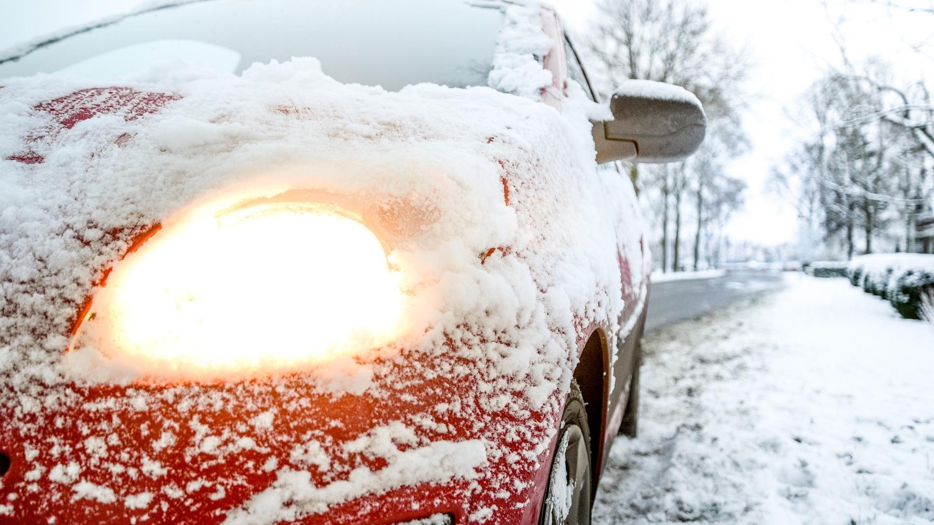 Coche en una carretera con hielo y nieve