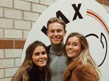 Mikky Kiemeney posa con De Jong y el escudo del Ajax de fondo