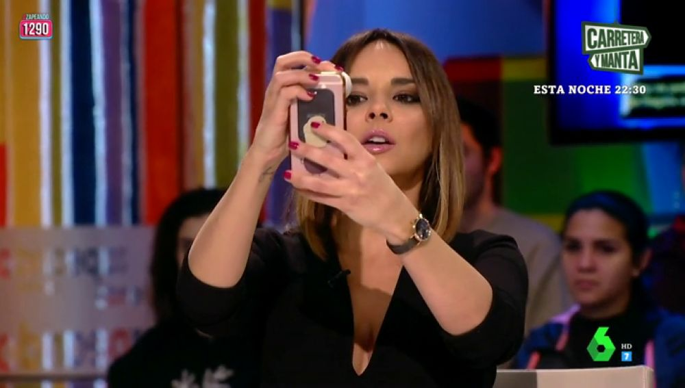 Chenoa se hace un selfie con un rollo de papel higiénico