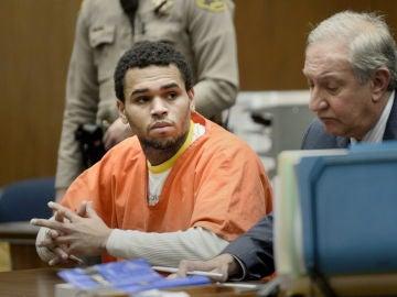 El cantante Chris Brown durante una audiencia en el Criminal Courts Building en Los Angeles