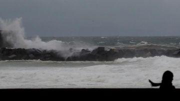 Una gran ola rompe contra el paseo Nuevo de San Sebastián