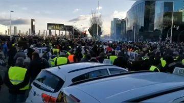 Protestas de los taxistas en el inicio de Fitur ante una fuerte presencia policial