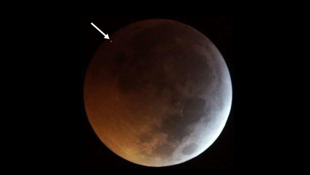 Meteorito impactando en la luna durante la superluna de sangre